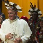Papa Francisc a purtat pe cap o podoabă din pene oferită de un indian Pataxo