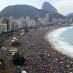 FOTO: Repetiție pentru antihrist: Adularea papei Francisc pe plaja Copacabana, Brazilia