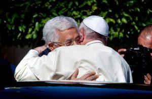 pope-francis-abbas-hug